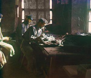 Формовка художественного лития. Касли / Forming art castings. Kasli - 1910 by Prokudin Gorsky