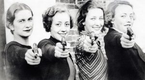 Schietsport, vrouwen met pistool / Sports, shooting. Women with pistols